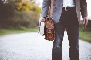 Mit sugall a bőr férfi táska és annak viselete?